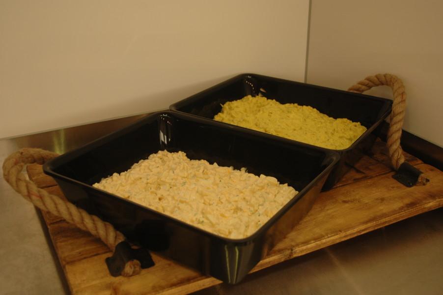 Huisgemaakte kip eier salade en kip kerrie salade